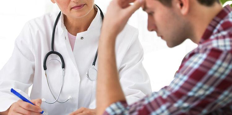 Мужчина с сотрясением с доктором