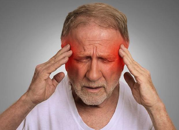 У мужчины болит голова после инсульта
