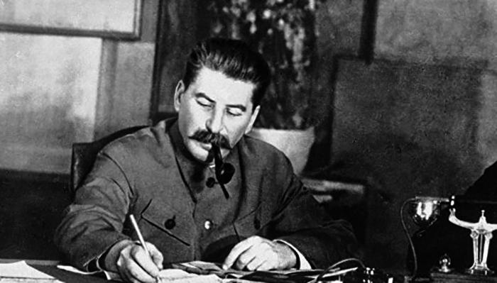 Иосиф Сталин за работой