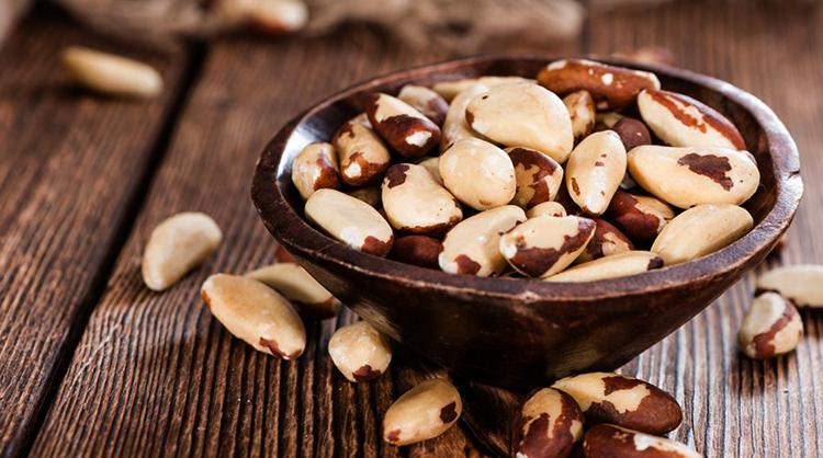Бразильские орехи на столе