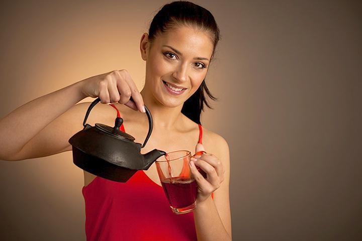 Девушка с чаем Каркаде
