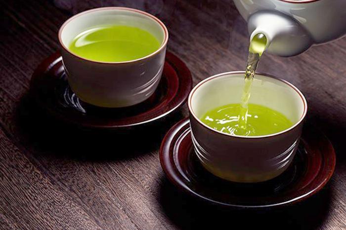 Зеленый чай наливают