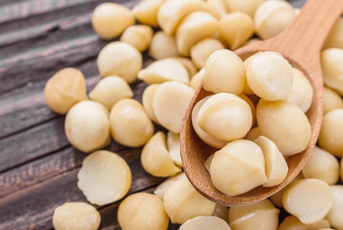 Орехи макадамия перед употреблением