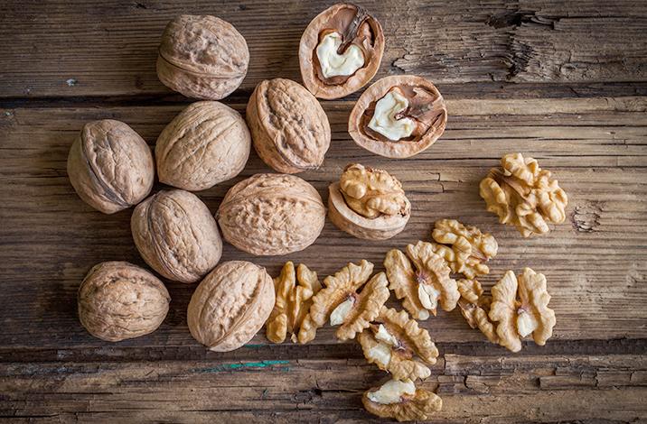 Грецкие орехи в скорлупе и без